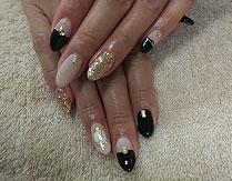 ピンクモーヴベージュとブラックのバイカラーでモードな雰囲気のデザインでございます。